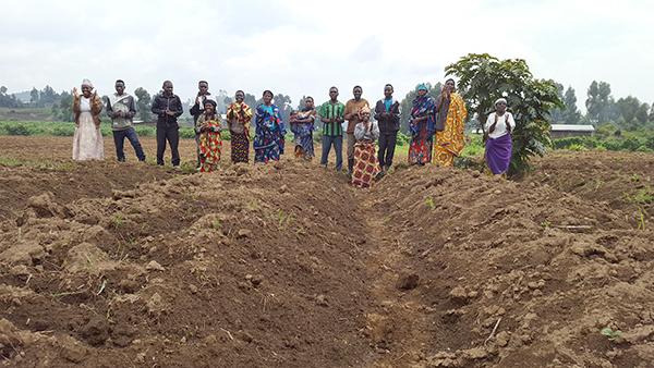 Rwandan brethren sing in the field